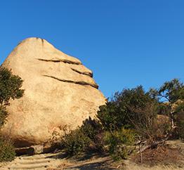 ニコニコ岩の写真